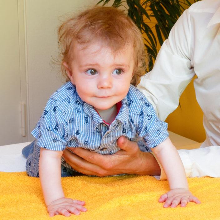 Heilpraxis für Craniosacraltherapie Roland John   Therapie mit Kind